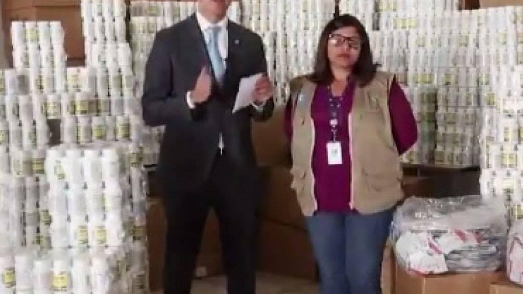 Der selbsternannte venezolanische Übergangspräsident Juan Guaidó stellte ein Video auf Twitter, das ihn inmitten mehrerer weisser Dosen zeigt, in denen Vitaminpräparate und Nahrungsergänzungsmittel sein sollen.