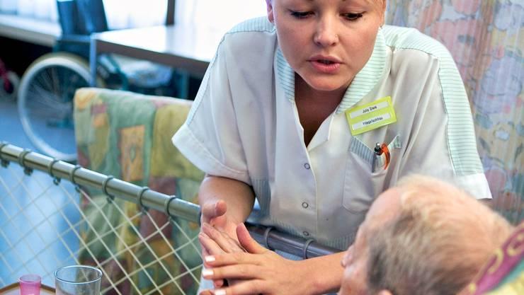 Die Pflege im Alter ist ein Thema, das vielen unter den Nägeln brennt.