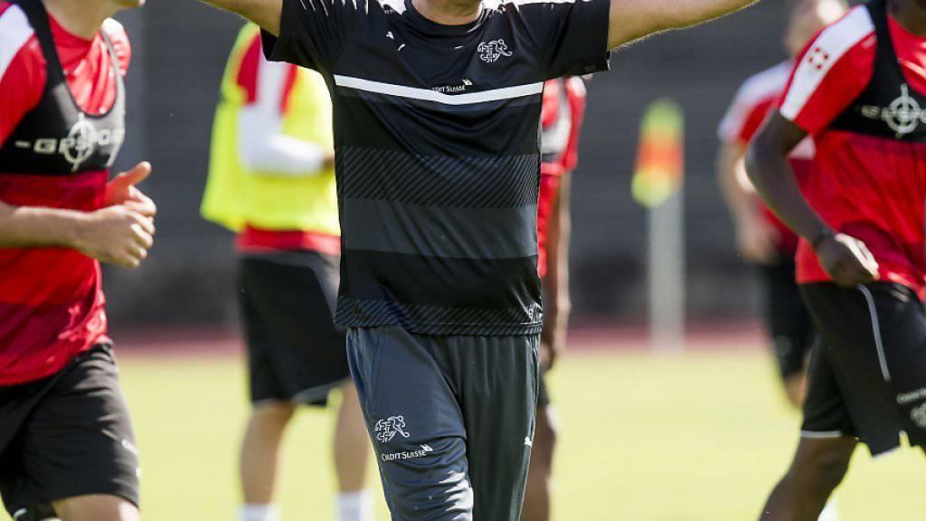 Nationaltrainer Vladimir Petkovic gibt im EM-Camp in Lugano Anweisungen