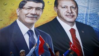 Premierminister Ahmet Davutoglu (links) hatte eine starke Parlamentsmehrheit im Rücken. Doch Erdogans (rechts) Machtanspruch ist umfassend.reuters