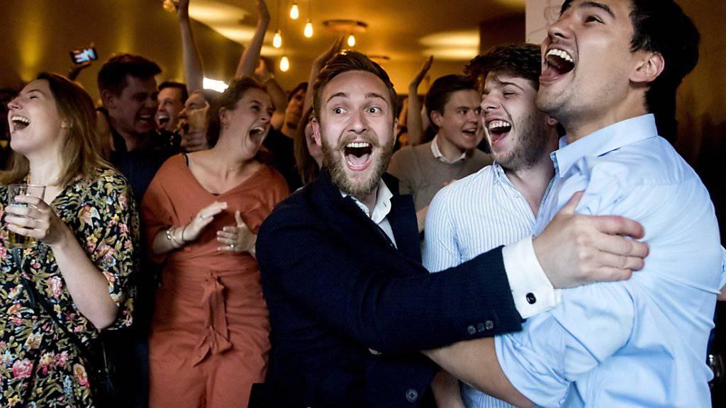 Jubel bei den Sozialdemokraten in den Niederlanden: Die Partei des sozialdemokratischen Spitzenkandidaten Franks Timmermans liegt nach den EU-Wahlen gemäss den Nachwahlbefragungen vorn.
