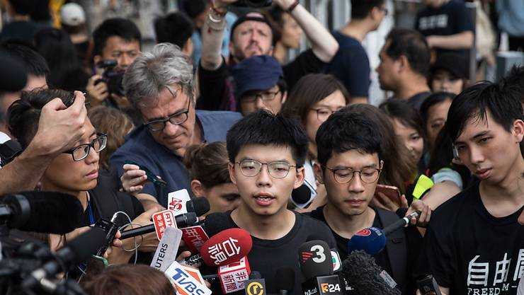 Der Hongkonger Aktivist Joshua Wong (Bildmitte) ist am Freitagmorgen in Polizeigewahrsam genommen worden. (Archivbild)