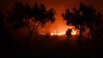 Im Flüchtlingslager Moria auf Lesbos und dessen Umgebung sind in der Nacht zum Mittwoch mehrere Brände ausgebrochen. Auch Wohncontainer standen in Flammen, weshalb die Behörden das Lager evakuierten.