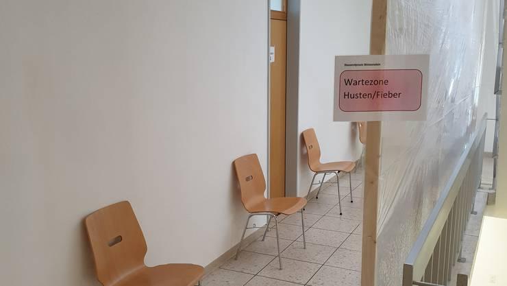Die «Corona-Wartezone» in der Hausarztpraxis in Langendorf. Hier müssen Patientinnen und Patienten mit Corona-Symptomen warten.