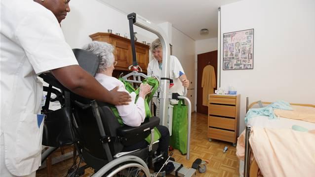 Verschiedene Vorschriften führen dazu, dass die Kosten steigen. So z.B. die Regel, dass ein Pflegeheim mindestens 40 Prozent diplomiertes Pflegepersonal anstellen muss. (Symbolbild)