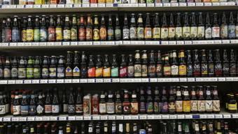 In den USA gibt es zahlreiche Biermarken. Ein Historiker in Washington soll die Geschichte des Gerstensaftes aufarbeiten. (Archiv)