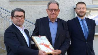 Ammann Peter Lenzin (Mitte) übergibt die Petition an die Post-Vertreter Vincenzo Pierdomenico (links) und André Aregger.