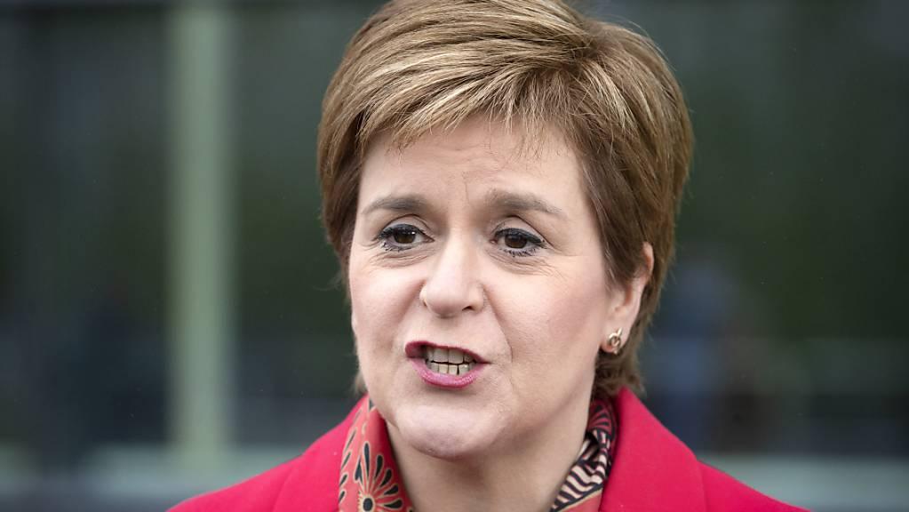 Nicola Sturgeon, Erste Ministerin von Schottland und Vorsitzende der Schottischen Nationalpartei (SNP), spricht nach der Wahl zum Regionalparlament in Schottland vor der Emirates Arena.