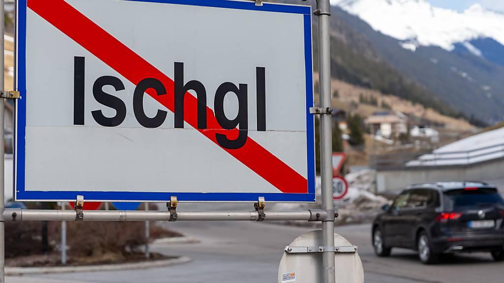 ARCHIV - Ein Ortsschild steht am Ausgang der Ortschaft Ischgl. Foto: Jakob Gruber/APA/dpa