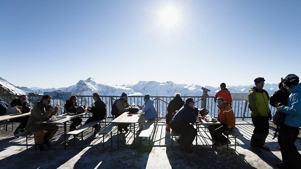 Die Terrassen der Restaurants in den Skigebieten sind nun schweizweit geschlossen. (Symbolbild).