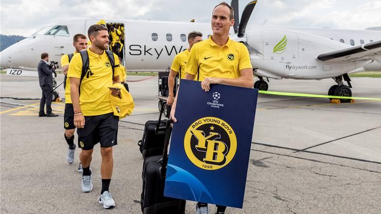 Oh, wie schön ist das Fussballleben! Stolz kehren die Young Boys mit Captain Steve von Bergen (rechts) aus Zagreb heim.