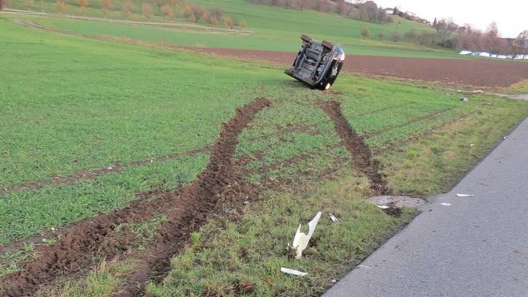 Das Auto überschlug sich und kam auf der Seite zu liegen.