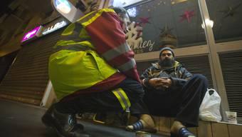 Freiwillige Helfer kümmern sich in Paris um Obdachlose.