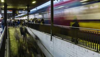 Der Schienensuizid ist für Lokführer, Zugpersonal, Passagiere und Augenzeugen eine starke Belastung. Ein solcher Vorfall kann auch Traumata auslösen.
