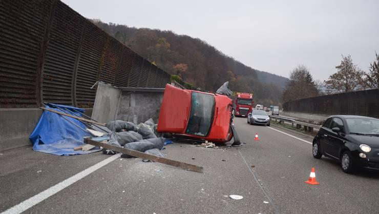 Am Dienstag, kurz nach 11.30 Uhr, ereignete sich auf der Autobahn A2 (in Fahrtrichtung Bern/Luzern) zwischen Sissach und Diegten ein Selbstunfall mit einem Lieferwagen. Zwei Personen wurden verletzt. Die Autobahn A 2 musste gesperrt werden.