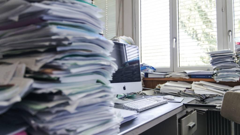 Ein Arbeitsplatz, der förmlich nach Stress riecht. Doch nicht Arbeit und Pendenzen bedeuten Stress, sondern das Missverhältnis zwischen Arbeit und Ressourcen. Und der grösste Ressourcenspender ist das gute Arbeitsklima, wie die Verfasser des jährlichen Job-Stress-Indexes betonen. (Symbolbild)