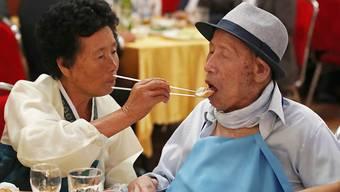 Rührendes Familientreffen: Der 100-jährige Ahn Jong-ho wird von seiner 70-jährigen Tochter Ahn Jung-soon gefüttert.