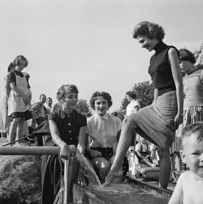 1955 – die zufällig entdeckte Thermalquelle in Zurzach sorgt für Begeisterung in der Bevölkerung und verwandelt Zurzach in einen Kurort.