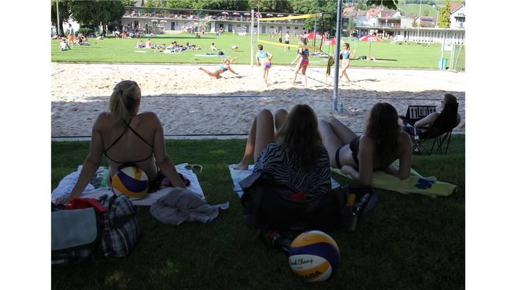 Spielerinnen beobachten vom Seitenrand ein Spiel ihrer Kontrahentinnen in der Terassenbadi Baden.