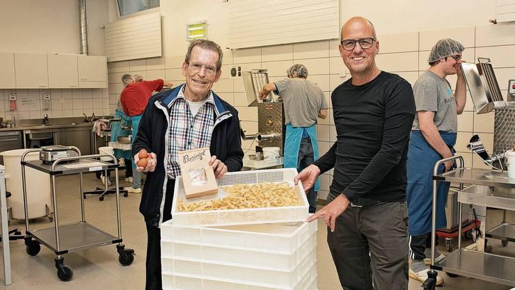 Peter Businger, Sohn des Teigwaren-Erfinders, und Daniel Aeberhard (r.), Geschäftsführer der Stiftung Töpferhaus.
