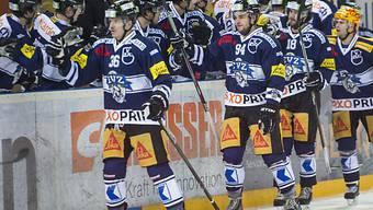 Die Spieler des EVZ feiern den Heimsieg gegen Lugano