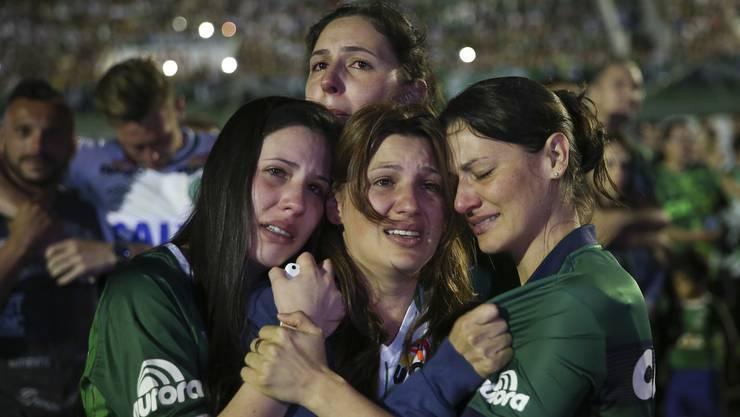 Ergreifende Szenen an der Trauerfeier im Stadion von Chapecoense.