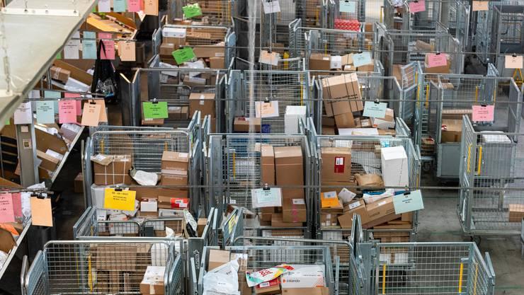 Im Paketzentrum Härkingen SO werden bis zu 370'000 Pakete täglich sortiert - deutlich mehr als vor der Coronakrise.