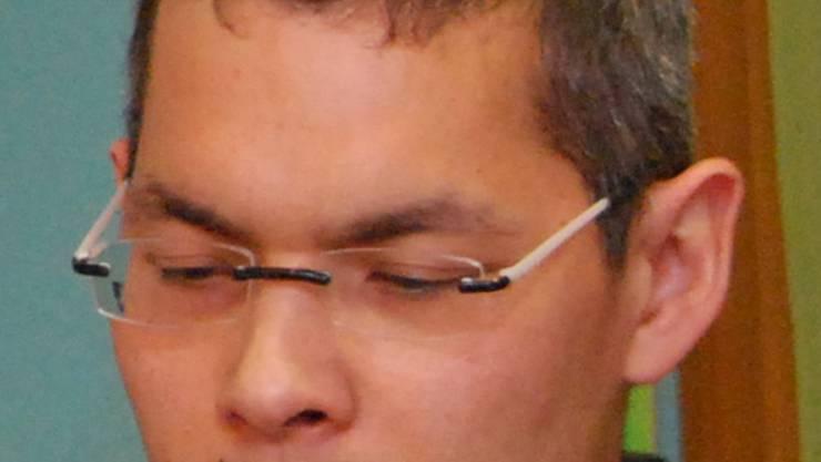 Han-Lin Chou präsentiert eines der Kunstwerke.