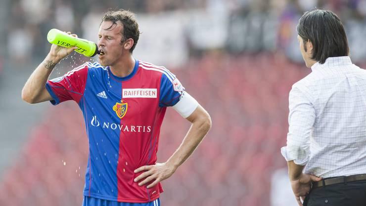 Wir zeigen Ihnen die besten Bilder der letzten acht Liga-Duelle zwischen GC und dem FCB: Am 21. Juli 2013 stand vor allem eines auf dem Programm: Schwitzen. Bei brütender Hitze gesellten sich die beiden Mannschaften zum Rennen, Dribbeln und Flanken ins Zürcher Letzigrund. FCB-Trainer Murat Yakin gibt dem sich abkühlenden Marco Streller letzte Instruktionen. All zu viel hat es nicht gebracht: GC und Basel trennen sich 1:1 - noch nicht im Wissen, dass es die ganze Saison kein anderes Resultat zwischen den Topklubs geben wird.