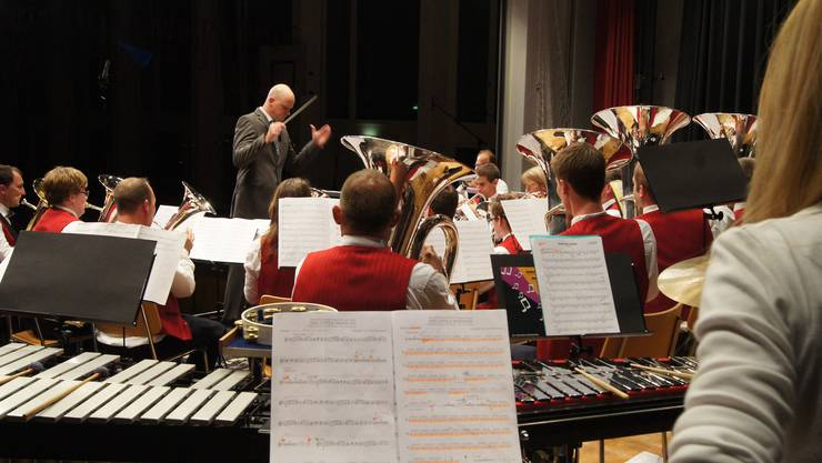 Dirigent Stefan Märki lotst die verschiedenen Register durch die Partitur
