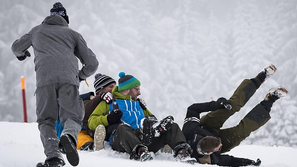 Schlitteln macht vielen Spass, ist aber auch gefährlich. Die Beratungsstelle für Unfallverhütung rät, dem Vergnügen nicht ohne Helm nachzugehen.