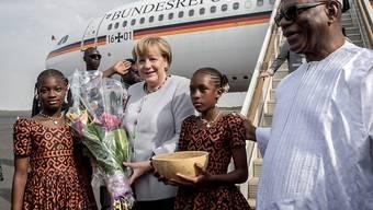 Merkel bei ihrer Ankunft in Mali, rechts der malische Präsident Keita.