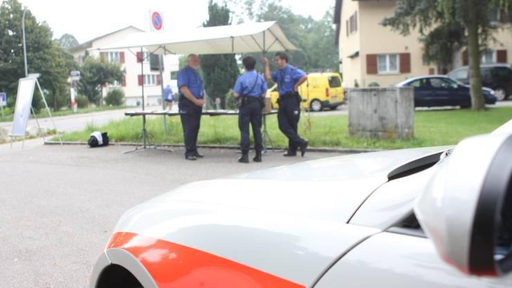 Die Stadtpolizei Grenchen bei einer Sprechstunde im Quartier. (Archiv)