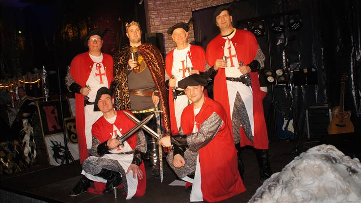 Obernarr Florian I. (alias Florian Frey im Outfit als König Artus; zweiter von links stehend) mit der Obernarrenclique Bäredräckeler von der Bärenzunft Wangen.