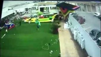 Am 28. Mai kommt es in der Stadt San Luis Potosí in Mexiko Zu einem Unglück. Die Bilder einer Sicherheitskamera im Spieleparadies neben einem Restaurantzeigen, wie ein starker Wind innerhalb von nur ein paar Sekunden die Hüpfburg davonweht. Vier Kinder werden verletzt