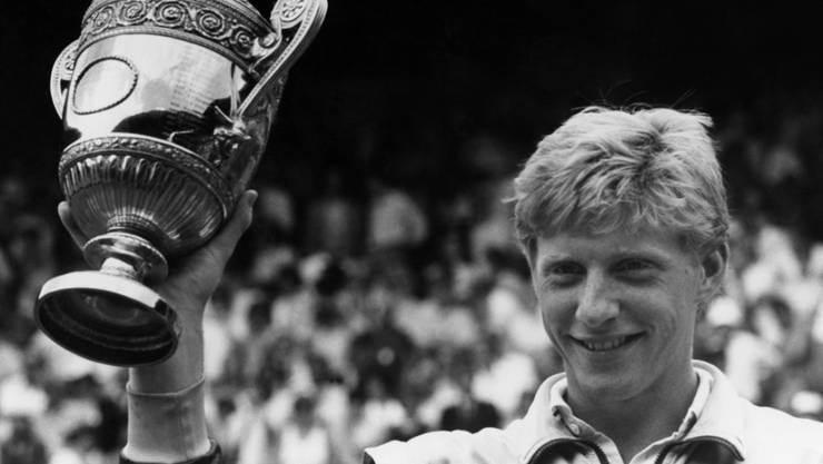 Der junge Boris Becker auf dem Höhepunkt seiner Karriere. Zahlreiche Trophäen und Erinnerungsstücke an das deutsche Tennis-Idol wurden im Rahmen eines Insolvenzverfahrens am Donnerstag versteigert.  (Bild: Robert Dear/AP Keystone)