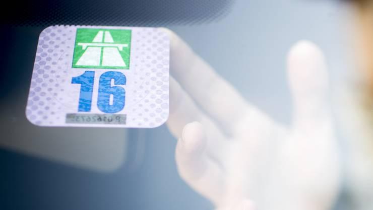 Weil rund eine halbe Millionen Autofahrer eine Autobahnvignette fälschen oder gar nicht erst anbringen, entsteht dem Bund ein Schaden von knapp 20 Millionen Franken jährlich. (Archivbild)