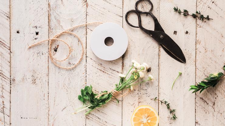 Das richtige Werkzeug ist entscheidend: Besorgt euch eine Baumschere / Gartenschere, um Gehölze anzuschneiden und ein scharfes Blumenmesser aus dem Blumenladen, um alle Schnittblumen schräg anzuschneiden.