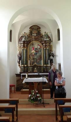 Der erneuerte Chor interessiert die Kirchgängerinnen
