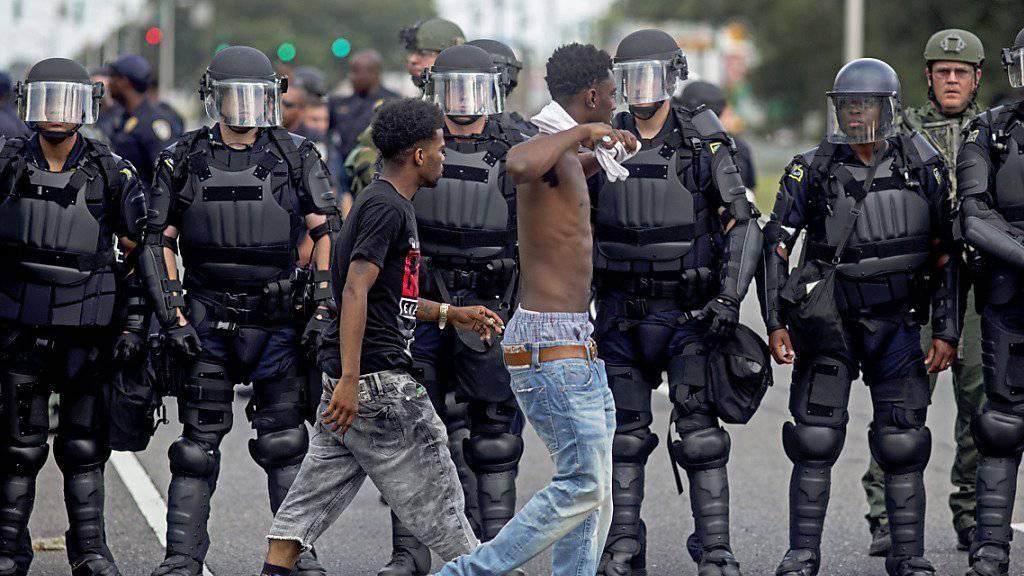 Demonstranten und Polizisten in Baton Rouge: Bürgerrechtsorganisationen verklagen die Polizei in der US-Stadt, weil sie wegen des markanten Polizeieinsatzes das Recht zum Demonstrieren verletzt sehen. (Archivbild)