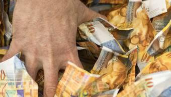 Mehr Lohn und eine Entlastung bei den Krankenkassenprämien für Normalverdienende: der Verteilbericht des Schweizerischen Gewerkschaftsbundes (SGB) will sie am wirtschaftlichen Aufschwung teilhaben lassen. (Symbolbild)