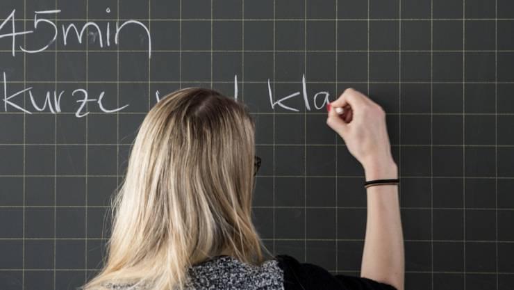 Die Erhöhung der Pflichtstundenanzahl für Lehrer an Sekundarschulen, Gymnasien und Berufsschulen hatte der Landrat 2011 im Rahmen des Entlastungspakets 2012/15 beschlossen. (Symbolbild)