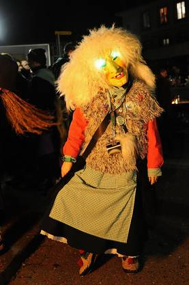Eine Stadthäx aus Laufenburg bereitet sich auf den Tanz vor