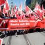 Im Sommer hatten die Bauarbeiten noch für eine Rente mit 60 demonstriert. Nun stellen sie sich hinter das Verhandlungsergebnis der Gewerkschaften und des Baumeisterverbandes zum Landesmantelvertrag. (Archiv)
