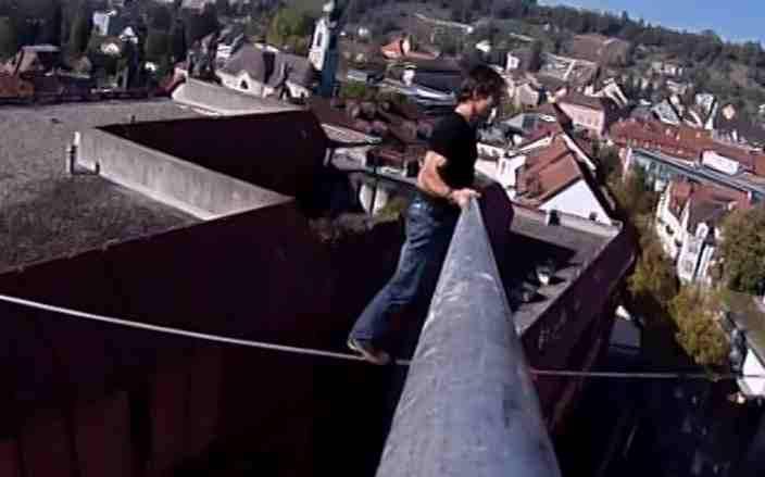 Hochseilakrobat Freddy Nock trainiert in Brugg zwischen den Hochhäusern