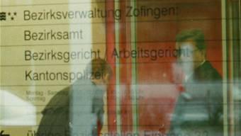 Eingang zum Bezirksgericht Zofingen während des ersten Prozesses am 28. Oktober 1997.