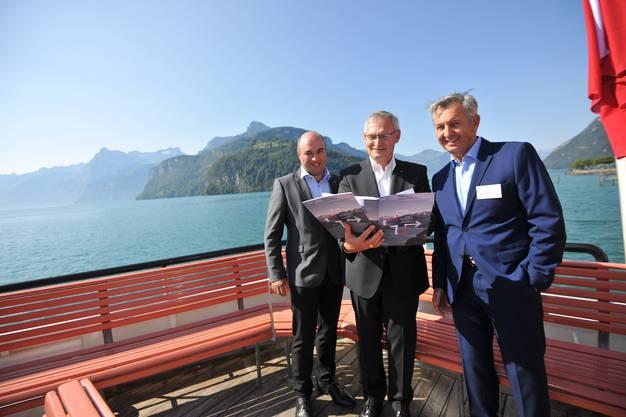 Von links: Die Regierungsräte Daniel Furrer und Andreas Barraud sowie Stiftungsgeschäftsführer Peter Durisin stellen eine Abschlussbroschüre vor.