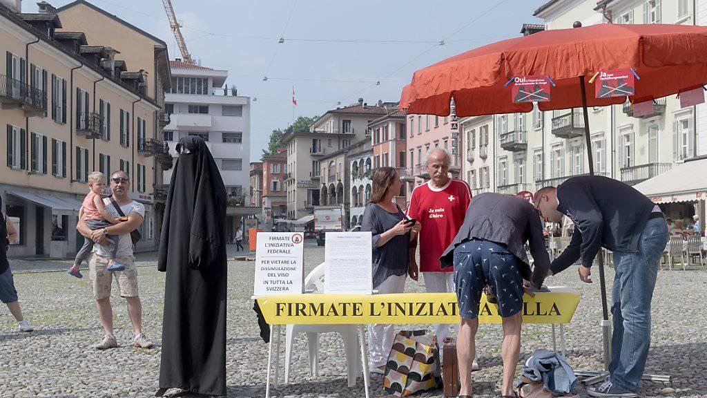 Das seit rund zwei Jahren im Tessin geltende Verhüllungsverbot trifft gemäss dem «Sonntagsblick» oftmals Fussballfans oder Personen mit lustigen Kostümen statt Musliminnen mit Burka. (Archivbild)