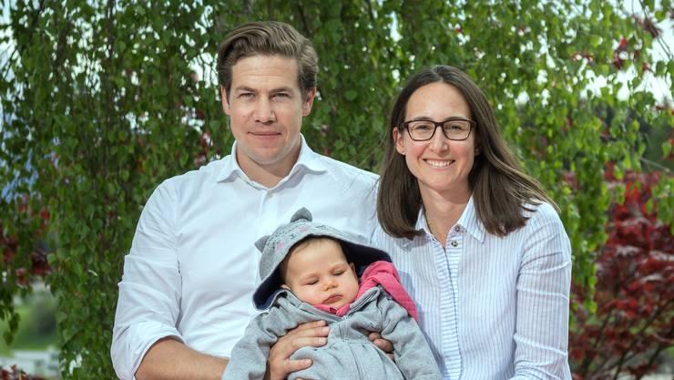 Mario und Alexandra Schenkel mit ihrer Tochter Valeria daheim im Garten – am Freitag startete das Crowdfunding «Rette Valeria».