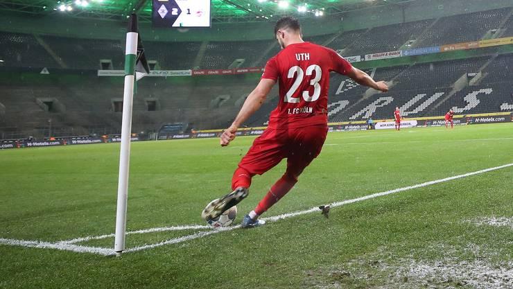 Bilder an die man sich gewöhnen kann: Kölns Mark Uth schlägt im leeren Stadion einen Eckball.